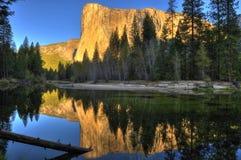 Berg för El som Capitan ses på skymning/solnedgången, Yosemite nationalpark royaltyfri fotografi