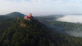 Berg för flyg- sikt i mist och slott på maximumet stock video