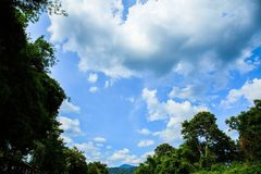 berg för himmelmolngräsplan Arkivbilder
