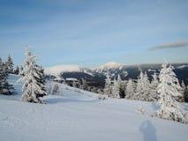 Berg för KrkonoÅ ¡ e - sikt till kaen för ¾ för SnÄ› Å royaltyfria foton