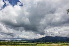 Berg för låga moln dramatisk sky romania Royaltyfria Foton