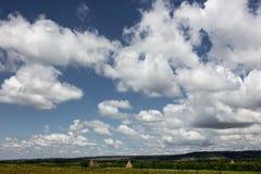Berg för låga moln dramatisk sky romania Royaltyfri Fotografi