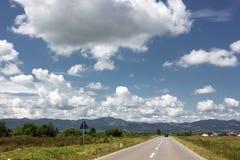 Berg för låga moln dramatisk sky romania Royaltyfri Bild