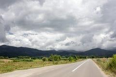 Berg för låga moln dramatisk sky romania Fotografering för Bildbyråer