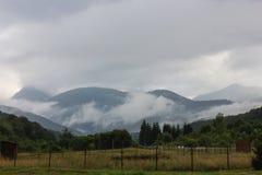 Berg för låga moln transfagarasan väg romania Royaltyfria Foton