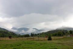 Berg för låga moln transfagarasan väg romania Royaltyfri Bild