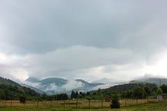 Berg för låga moln transfagarasan väg romania Arkivfoto