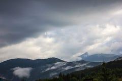 Berg för låga moln transfagarasan väg romania Arkivbilder