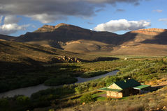 berg för liggande för lake för landshus nära Royaltyfria Bilder
