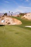 Berg för lodlinje för Palm Springs för öken för gräsplan för koppflaggagolfbana Royaltyfri Foto