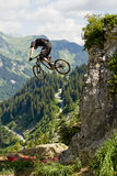 Berg för Mountainbiker cykelsikt Royaltyfri Foto