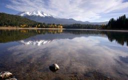 Berg för Mt Shasta färg för nedgång för vatten för frikänd för sjö Royaltyfria Foton