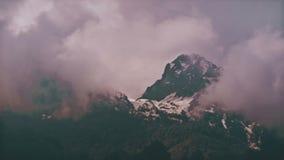 Berg för Tid schackningsperiod i dimman Ryssland Sochi Ski Resort lager videofilmer