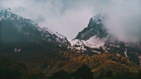 Berg för Tid schackningsperiod i dimman Ryssland Sochi Ski Resort, Kaukasus berg lager videofilmer
