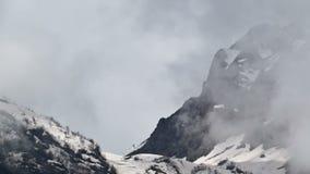Berg för Tid schackningsperiod i dimman Ryssland Sochi Ski Resort, Kaukasus berg arkivfilmer