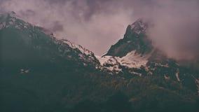 Berg för Tid schackningsperiod i dimman Ryssland Sochi Ski Resort, Kaukasus berg stock video
