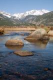 Berg, Fluss und drei Felsen Stockfotos