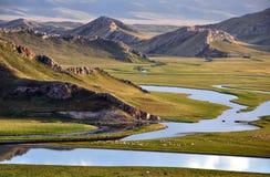 Berg, Fluss und Wiese Stockfoto