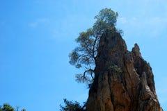 Berg framme av blå himmel Arkivfoton