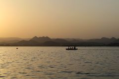Berg framme av den indiska solnedgången arkivbild