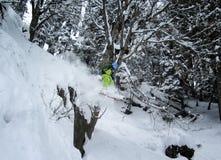 Berg-freeride Skifahrer, der weg von der Klippe im tiefen Schnee springt lizenzfreie stockfotos