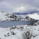 Berg fryst sjö Royaltyfri Foto