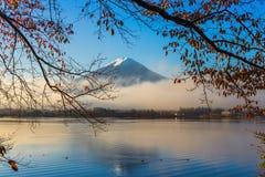 Berg Fuji en Kawaguchiko-meer met ochtendmist in de herfst s royalty-vrije stock afbeeldingen