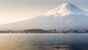Berg Fuji fujisan van Kawaguchigo-meer met Kayaking binnen voor Stock Foto