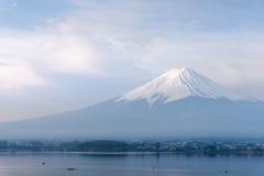Berg Fuji fujisan vom Kawaguchigo See mit herein Kayak fahren für Stockfotografie