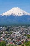 Berg FUJI med stadförgrund och trevlig klar himmel Royaltyfria Bilder