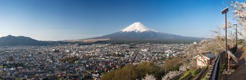 Berg Fuji mit Kirschblüte an Chureito-Pagode, Fujiyoshida, Japan Lizenzfreies Stockbild