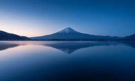 Berg Fuji på gryning med fridsam sjöreflexion Arkivfoton