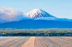 Berg fuji på morgonen i Japan och tomt träskrivbord Tomt utrymme för text och bilder royaltyfria bilder