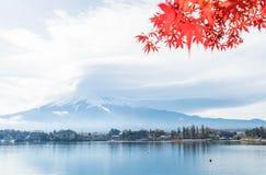 Berg Fuji San met bewolkt Stock Foto's
