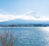 Berg Fuji San på Kawaguchiko sjön Fotografering för Bildbyråer