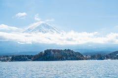 Berg Fuji San på Kawaguchiko sjön Arkivfoton