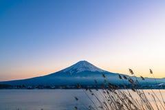 Berg Fuji San på Kawaguchiko sjön Arkivfoto