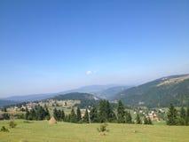 Berg, gebieden, en duidelijke hemel stock afbeelding