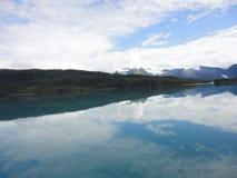 Berg gefüllter Horizont auf dem Pazifischen Ozean Innerer Durchgang Alaska unter einem bewölkten Himmel stockfotos