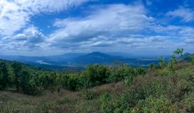 Berg geformt wie der Fujisan stockfotografie