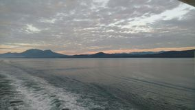 Berg Gevulde horizon op de vreedzame oceaan Binnen Passage Alaska stock fotografie