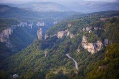 Berg groene vallei met een diepe die kloof, hooggebergte en heuvels met gras wordt behandeld stock fotografie