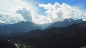 Berg groene waaier in wolkenlandschap Hoogste mening van de bergen met hemel en wolken stock videobeelden