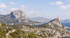 Berg-hav landskap Segla utmed kusten av Crimea royaltyfri fotografi