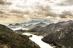 Berg haze landskap runt om kanjonen med den Rijeka Crnojevica floden från hög sikt i mulen dag med dramatisk himmel i den Europa  royaltyfria bilder