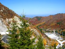 Berg, hemel, bomen Royalty-vrije Stock Afbeelding