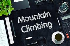 Berg het Beklimmen - Tekst op Zwart Bord het 3d teruggeven Stock Foto's