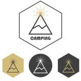 Berg het kamperen vectorembleem, reeks van goud en grijs Royalty-vrije Stock Foto