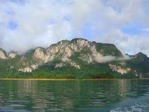 Berg in het meer Royalty-vrije Stock Foto