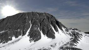 Berg in het panorama dat van het sneeuwlandschap wordt behandeld stock afbeelding